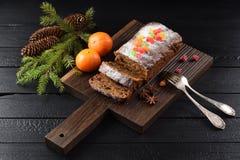 Yummy cake van het chocoladefruit met gekonfijte vruchten wordt verfraaid die Stock Afbeelding