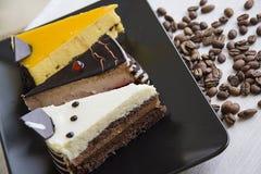 Yummy cakestukken met de achtergrond van koffiebonen Stock Foto's