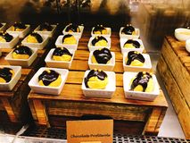 Yummy chocolade profiterole in buffet van het hotel stock foto's