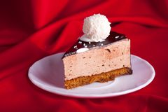 Yummy chocoladecake op rode zijdeachtergrond Royalty-vrije Stock Fotografie