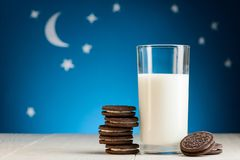 Yummy chocoladekoekjes en melk stock afbeeldingen