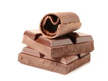 Yummy chocoladekrul en stukken op wit stock foto