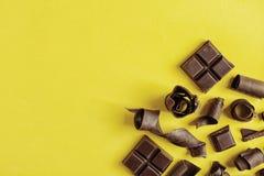 Yummy chocoladekrullen en ruimte voor tekst op kleurenachtergrond royalty-vrije stock afbeeldingen