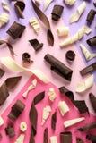 Yummy chocoladekrullen op kleurenachtergrond royalty-vrije stock afbeelding