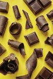 Yummy chocoladekrullen op kleurenachtergrond stock fotografie