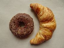 Yummy croissant και doughnut σοκολάτας σε τραχύ χαρτί Τοπ όψη στοκ φωτογραφίες με δικαίωμα ελεύθερης χρήσης
