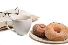 Yummy donuts en koffie die op wit wordt geïsoleerd$ Stock Fotografie