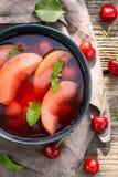 Yummy fruitsoep in hete de zomertuin royalty-vrije stock afbeelding