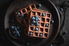 Yummy gofry robić kakao z jagodowymi owoc fotografia stock