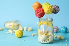 Yummy heldere cake knalt in het hoogtepunt van de glaskruik van snoepjes op lijst stock afbeelding