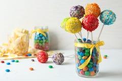 Yummy heldere cake knalt in het hoogtepunt van de glaskruik van suikergoed op lijst royalty-vrije stock afbeelding