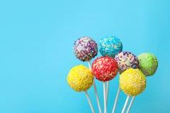 Yummy heldere cake knalt op kleurenachtergrond royalty-vrije stock fotografie