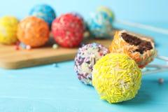 Yummy kleurrijke cake knalt op lijst, close-up royalty-vrije stock afbeelding