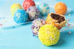 Yummy kleurrijke cake knalt op lijst Ruimte voor tekst royalty-vrije stock afbeeldingen