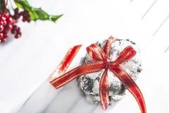 Yummy koekjes van de chocoladekreuk met rood lint op een wit bakseldocument, sluiten omhoog stock foto