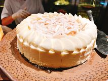 Yummy kokosnotencake in buffet van het hotel stock foto