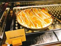 Yummy mandarin vlaai in buffet van het hotel royalty-vrije stock afbeeldingen