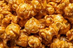 Yummy popcorn met karamel stock foto