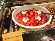 Yummy rode bessenmousse in buffet van het hotel royalty-vrije stock foto