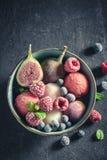 Yummy roomijssorbet met bessen en muntblad stock afbeeldingen