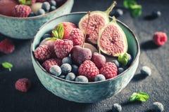 Yummy roomijssorbet met bessen en watermeloen royalty-vrije stock afbeeldingen