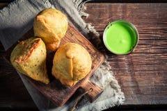 Yummy samosa с мясом и зеленым погружением Стоковые Изображения RF