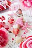 Yummy snoepjes en verse bloemen stock foto's