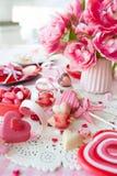 Yummy snoepjes en verse bloemen stock afbeeldingen