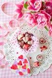 Yummy snoepjes en verse bloemen stock foto