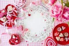 Yummy snoepjes en verse bloemen stock fotografie