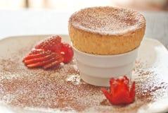 Yummy Soufflé met Aardbeien witte plaat Stock Fotografie
