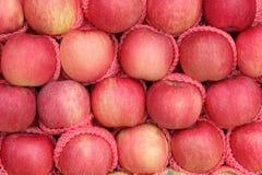 Yummy Stapel der Äpfel tragen in einem Markt Früchte Lizenzfreies Stockbild
