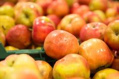 Yummy stapel van appelen in een marktkraam royalty-vrije stock afbeelding
