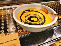 Yummy Thaise theemousse in buffet van het hotel stock foto's