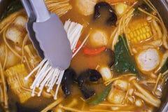Yummy Tom yum с грибом enokitake стоковое фото rf