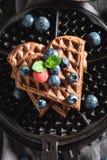 Yummy wafels met donkere chocolade en bessen stock foto