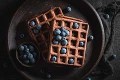 Yummy wafels van cacao met bessen worden gemaakt die stock fotografie