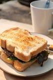 Yummy wołowina i ser Piec na grillu kanapka na round kremowym kolorze plat Obrazy Royalty Free