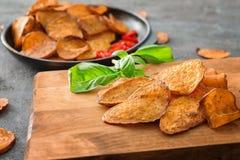 Yummy zoete chips op houten raad, royalty-vrije stock foto's