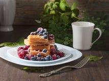 Yummy zoete wafels met frambozen en bosbessen stock afbeelding