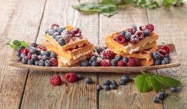 Yummy zoete wafels met frambozen en bosbessen royalty-vrije stock afbeelding