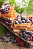 Yummy zoete wafels met frambozen en bosbessen stock afbeeldingen
