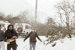 Yumthang dolina, Sikkim, India 1st 2019 Styczeń: Grupa turysta w zimie odziewa cieszyć się śnieg przy opad śniegu na dniu z ciężk zdjęcie royalty free