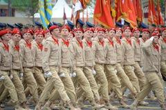"""Yunarmeytsy της όλος-ρωσικής στρατιωτικός-πατριωτικής μετακίνησης """"Yunarmiya """"στην κόκκινη πλατεία κατά τη διάρκεια της παρέλασης στοκ εικόνα"""