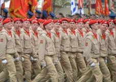 """Yunarmeytsy της όλος-ρωσικής στρατιωτικός-πατριωτικής μετακίνησης """"Yunarmiya """"στην κόκκινη πλατεία κατά τη διάρκεια της παρέλασης στοκ φωτογραφία με δικαίωμα ελεύθερης χρήσης"""
