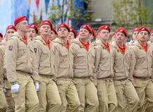 Yunarmeytsy do ` militar-patriótico de Yunarmiya do ` do movimento do Todo-russo no quadrado vermelho durante a parada dedicada a Imagens de Stock Royalty Free