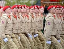 Yunarmeytsy do ` militar-patriótico de Yunarmiya do ` do movimento do Todo-russo no quadrado vermelho durante a parada dedicada a Foto de Stock Royalty Free