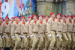 Yunarmeytsy do ` militar-patriótico de Yunarmiya do ` do movimento do Todo-russo no quadrado vermelho durante a parada dedicada a Foto de Stock