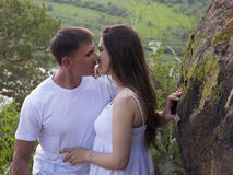 Yung Couple étreignant en montagnes Photos stock