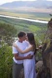 Yung Couple que abraza en montañas Imágenes de archivo libres de regalías